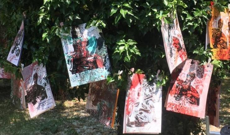 """: Imagine de la cel mai recent eveniment al artistului Ovidiu Felipov, care a avut loc în parcul Universităţii """"Ovidius"""" din Constanţa. Şi da, lucrările au fost atârnate în copaci, iar participanţii le-au... cules"""