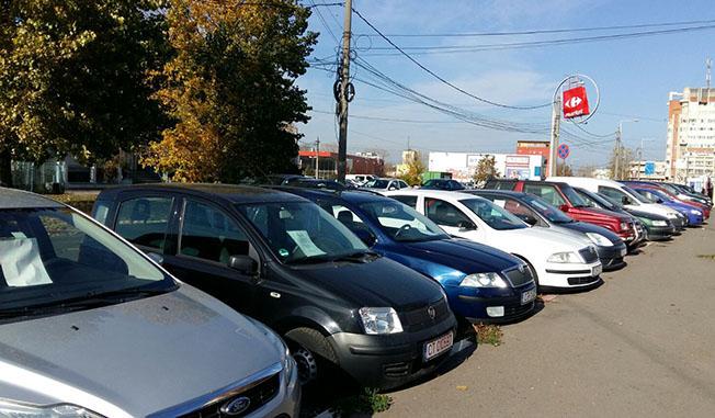 """Pe Șoseaua Mangaliei, în zona Billa, aproximativ 30 de maşini ocupau abuziv trotuarele. Nu erau """"venite în vizită"""", ci expuse la vânzare."""