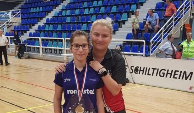 Bianca Mei-Roșu, alături de antrenoarea Anamaria Sebe, s-a impus la Euro Mini Champs (sursa foto: Facebook Federația Română de Tenis de Masă)