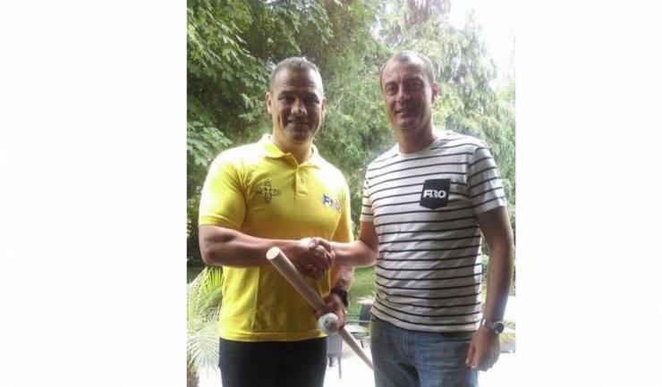 Fostul practicant de kick-box Ionuț Iftimoaie a primit de la Nicolae Dobre un baston și o minge de oină