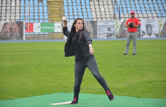 Daniela Sofronie a dat lovitura de începe a meciului de baseball