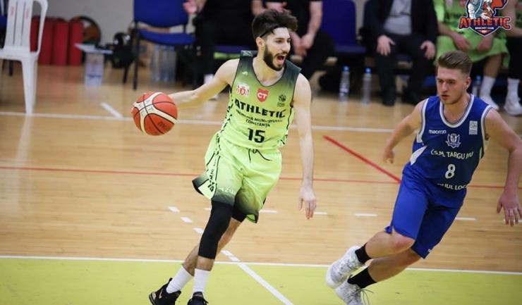 Sergiu Ursu (la minge) va continua să joace pentru echipa din orașul natal (sursa foto: Facebook Baschet Club Athletic Constanta)