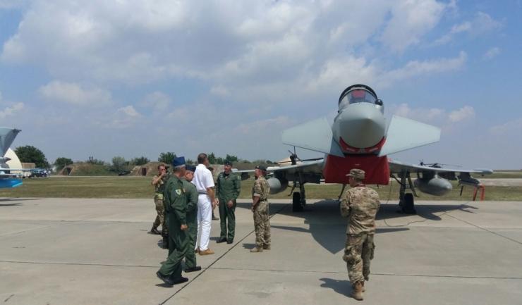 Vizită la expoziția statică pentru a inspecta MiG 21 LanceR, F-16 şi Eurofighter Typhoon