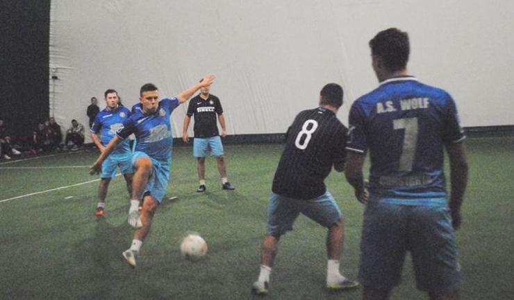 AS Wolf 2015 (echipament albastru) a învins câştigătoarea ultimelor trei ediţii, Inter Palas (sursa foto: Facebook Campionatul de minifotbal Atletic Club)