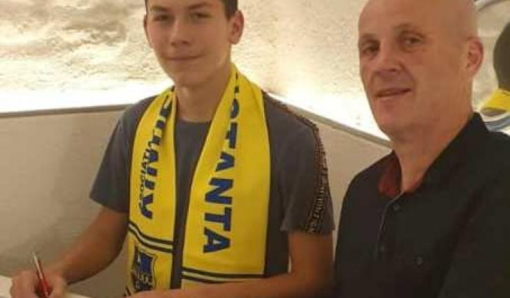 Octavian Crețu, junior transferat de la Corona Braşov, şi George Nache, preşedintele AS Kinder Constanţa (sursa foto: Facebook As Kinder Constanta)