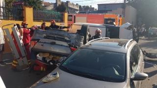 Mașini răsturnate în mijlocul intersecției! Patru automobile avariate și trei victime!