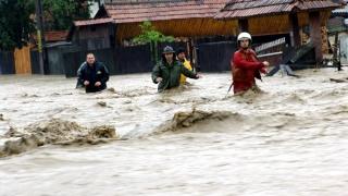 Mamă şi copil, salvaţi de pompieri de la inundaţii