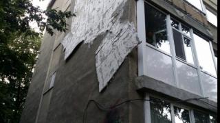Porțiuni din fațada unui bloc s-au desprins din cauza vântului puternic