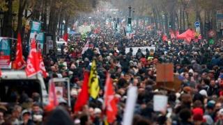 Franța, paralizată de greve și protestele împotriva noii legi a pensiilor