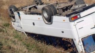 Zece persoane au fost rănite după ce microbuzul cu care circulau s-a răsturnat