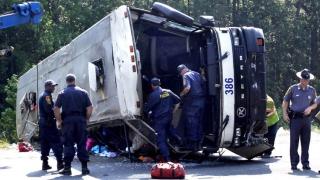 Opt persoane şi-au pierdut viaţa după ce un autocar s-a răsturnat