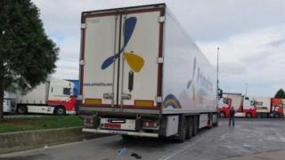 Salvați de polițiști! 9 migranţi îngheţaţi în camionul frigorific al unui român