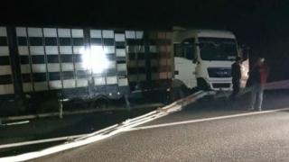 Oboseala la volan. Un camion a intrat în benzile separatoare de pe A2!