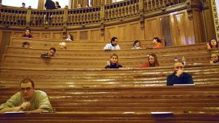 Unul din trei studenţi renunţă la facultate. Rata abandonului se menține ridicată