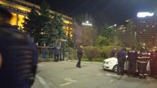O femeie s-a izbit cu maşina de poarta Guvernului