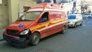 Două persoane au fost rănite după ce o ambulanță SMURD s-a ciocnit cu un autoturism