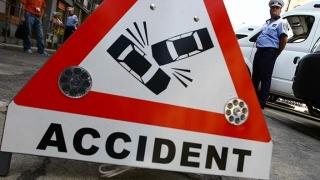 Un polițișt și o persoană pe care o conducea la audieri, răniți într-un accident
