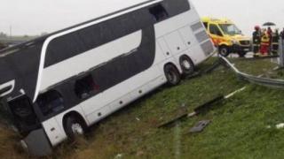 Trafic oprit pe DN2B Brăila - Galați. Accident grav între un  autocar și-un autoturism