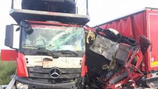 Accident cumplit cu cinci camioane! Un român a murit