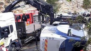 """Accident cumplit: """"Multe victime în vehicul şi autobuzul răsturnat"""""""