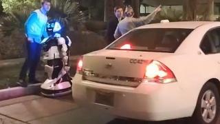 Accident din viitor! O mașină fără șofer a rănit un robot
