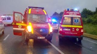 Cinci persoane rănite, după ce două maşini s-au răsturnat