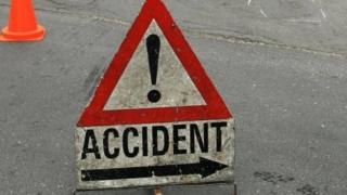 Femeie accidentată grav după ce a trecut pe roșu