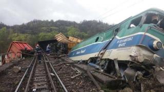 Cumplit accident feroviar: 14 vagoane de tren au deraiat și două persoane au murit
