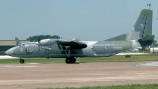 Un avion cargo a lovit doi stâlpi de iluminat