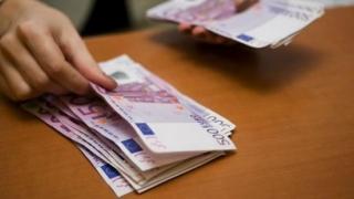 Euro a crescut spre pragul de 4,66 lei