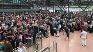 Activitate oprită în aeroportul din Hamburg. Peste 3000 de oameni, afectați