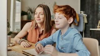 A fost prelungită măsura ce acordă părinților zile libere plătite de stat pentru a sta acasă