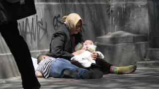 A ieșit la cerșit cu un bebeluș de 3 luni! Ce s-a întâmplat cu mama și copilul!