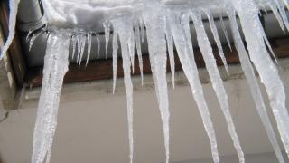 Ai țurțuri pe acoperiș și zăpadă pe trotuar? Ești bun de plată!