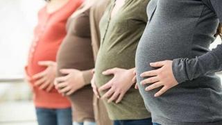 Alarmant! Adolescentele românce nasc copii pe bandă rulantă