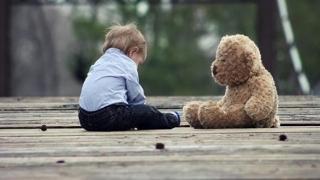 Alarmant! Mii de copii abandonați, Legea Adopției blocată!