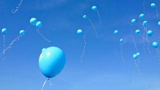 Dresaj de căței și baloane albastre de Ziua Mondială a Autismului