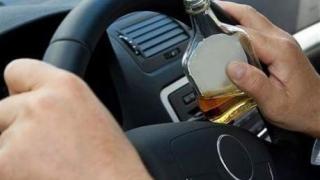 Porniți la drum sub influența băuturilor alcoolice, opriți de polițiști