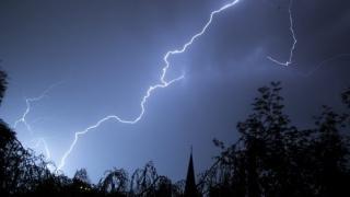 Cod galben de furtuni în 16 judeţe. Se anunţă căderi de grindină