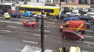 Carambol cu trei mașini la Trocadero. Traficul, blocat în zonă