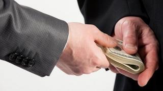 """A cerut bani ca să pună """"pile"""" la primar, dar a ajuns pe mâna procurorilor"""