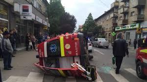 Ambulanţă răsturnată după ce a fost lovită de un microbuz. Trei persoane sunt rănite