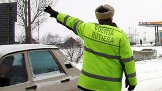 Atenţie, şoferi! Poliţiştii dau AMENZI celor cu maşini neechipate de iarnă