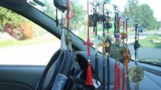 ATENȚIE, AMENDĂ MARE dacă lipești cruciulițe și alte ornamente pe parbriz!