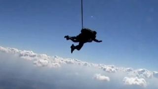 Un bărbat a murit, în urma unui salt eșuat cu parașuta
