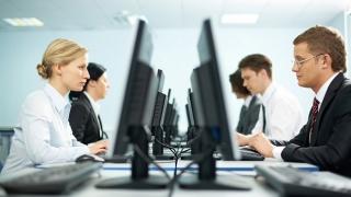 Angajații români așteaptă salarii mai mici? Vezi de când