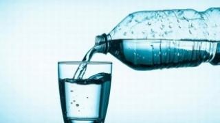 Peste 4.000 de cazuri de gastroenterită de la o apă îmbuteliată infectată