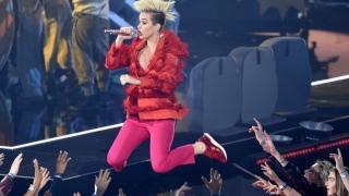 Katy Perry, pe brațele fanilor în finalul concertului ei de la Glastonbury