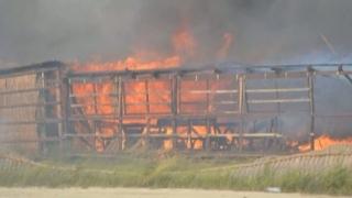 Incendiu la Vadu! Arde fosta cherhana de pe plajă!