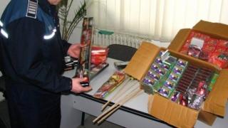 Încă două tone de petarde şi artificii, confiscate de poliţişti